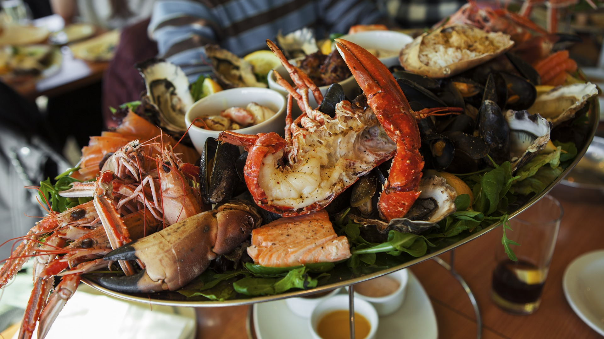 أفضل 10 فوائد للمأكولات البحرية