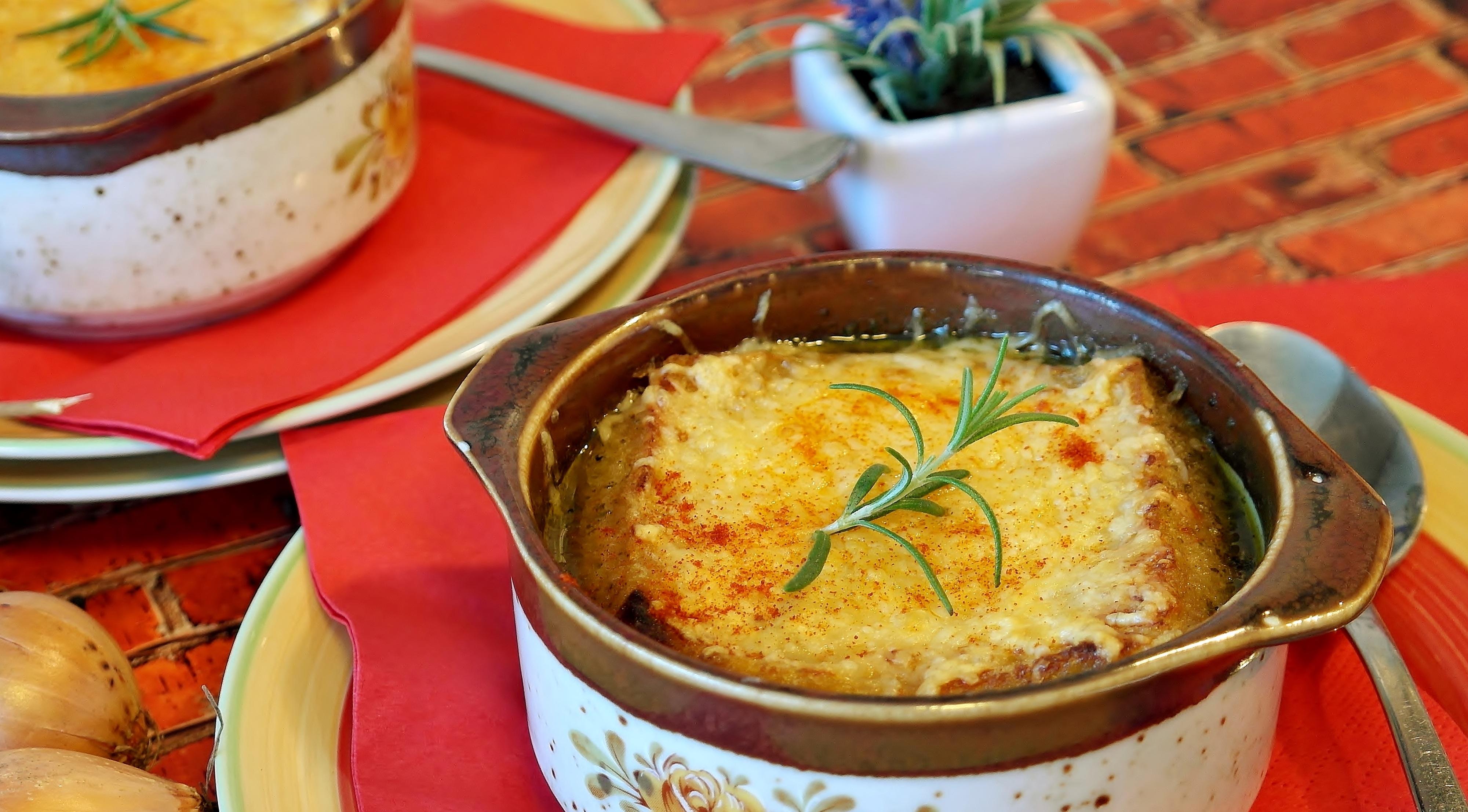 شوربة البصل على الطريقة الفرنسية الأصلية
