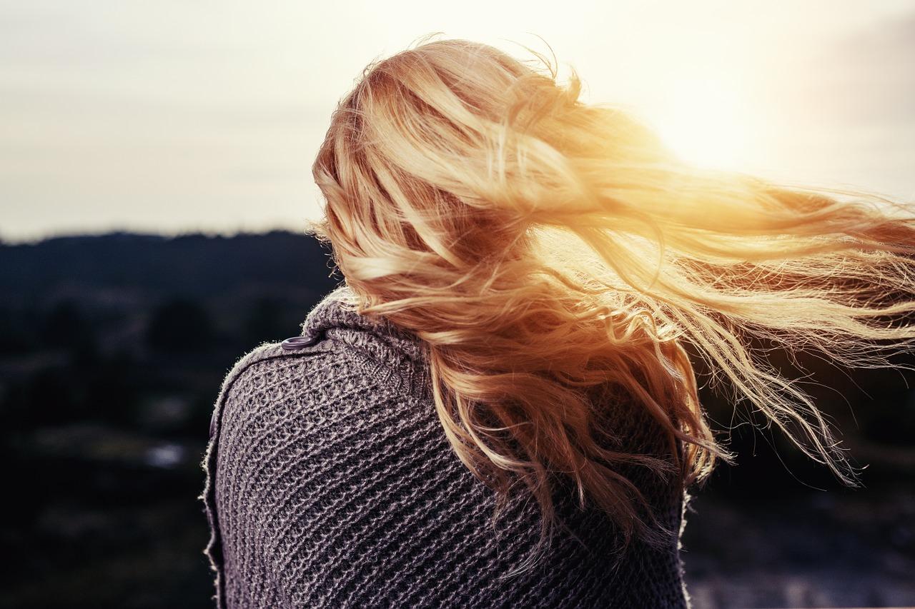 ٤ طرق لتفتيح الشعر بمواد طبيعية